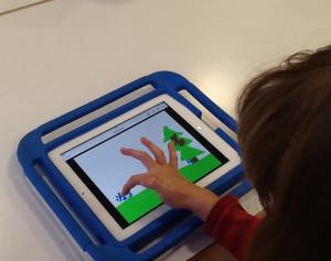 Lapsi tekee sähköistä kirjaa Book Creator –ohjelmalla.